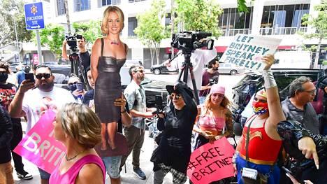 Britney Spearsin kannattajat osoittiviat mieltään Los Angelesin piirikunnan oikeustalon edustalla keskiviikkona.