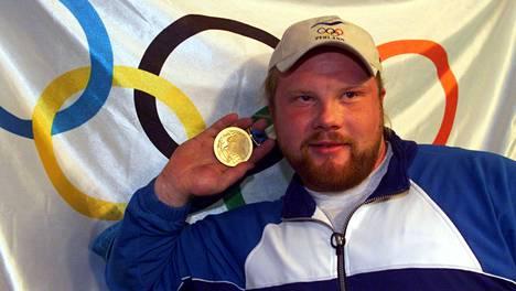 Arsi Harju pukkasi olympiakultaa Sydneyssä 2000.