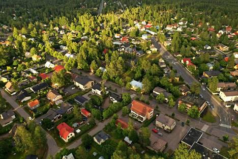 Koronakriisin myötä moni kaipaa väljempää asumista paikassa, joka sijaitsee aivan suurkaupunkialueen liepeillä. Kuva Hyvinkäältä.