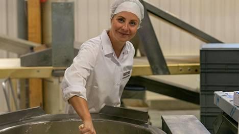 Katariina Vesterinen Rostenin leipomolla puuronkeittohommissa. Tuoreita Rostiksia myydään S-ruokakauppojen paistopisteillä.