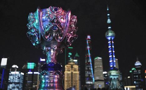Worlds on esportsin suurin ja seuratuin turnaus. Kuvassa MM-pokaali, Summoner's Cup.