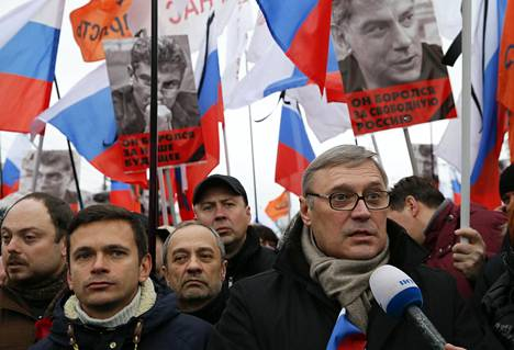 Mihail Kasjanov (edessä, oik.) on länsimielisen Parnas-puolueen puheenjohtaja. Hän toimi Venäjän pääministerinä vuosina 2000–2004.