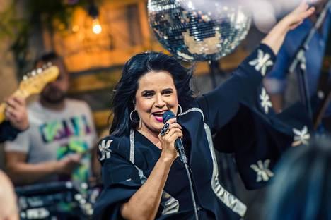 Kaija Koo esittää perjantai-iltaisessa Vain elämää -jaksossa Sillanpään Tanssii kuin Travolta -kappaleen. Esitys on täynnä säihkettä ja energisyyttä.
