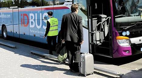Ihmiset viihtyvät bussissa ilman vierustoveria.