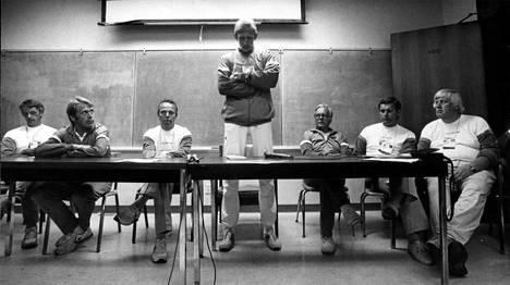 Martti Vainio (seisomassa) selvitteli dopingkäryään Los Angelesin olympiakisoissa.
