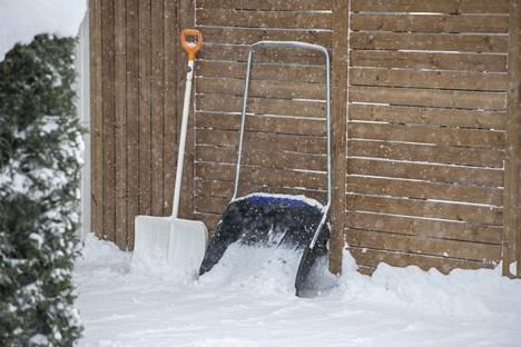 Jos lumet kolaa seinää vasten, voi lumi sulaessaan aiheuttaa harmia rakenteille.