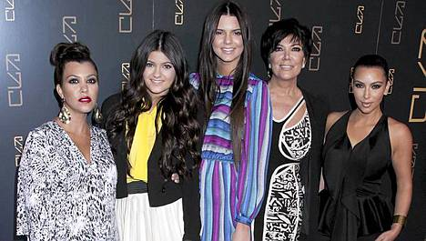 Kourtney Kardashian, Kylie, Kendall ja Kris Jenner sekä päätähti Kim Kardashian.