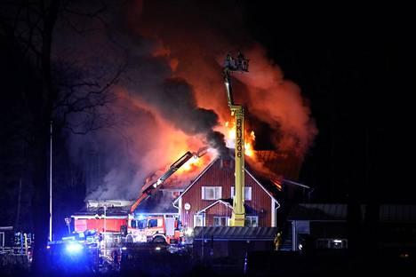 Koulusta onnistuttiin pelastamaan jonkin verran irtaimistoa palon alussa.