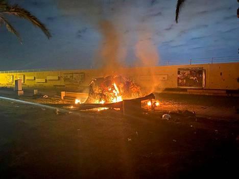Irakin turvallisuusviranomaiset julkaisivat Bagdadissa lentokentän läheisyydessä otetun kuvan, jossa perjantaiyön ilmaiskun jälkiä on nähtävissä.
