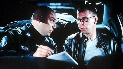 Pertti Sveholm esittää ymmärtäväistä poliisia, Martti Suosalo rattijuoppoudesta kiinni jäänyttä kirjailijaa.
