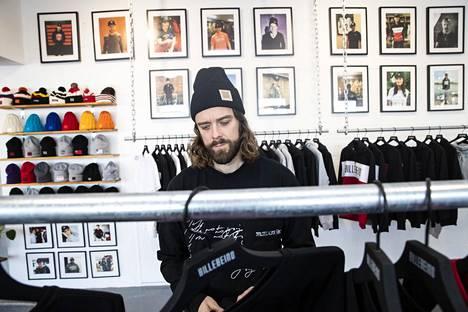 Leino on yrityksensä vaatteiden pääsuunnittelija. Ideoita hän työstää jatkuvasti.