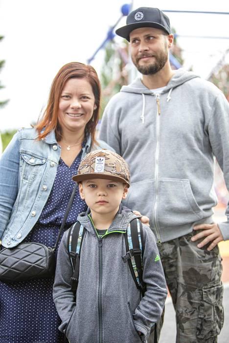 Ville ja Hanna Roihu saattoivat poikansa Eelin, 7, koulutielle.