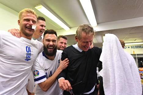Huuhkajat veivät päävalmentaja Markku Kanervan suihkuun.