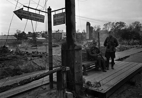 Suomalaisia sotilaita autopysäkillä Petroskoissa jatkosodan aikana lokakuussa 1941.