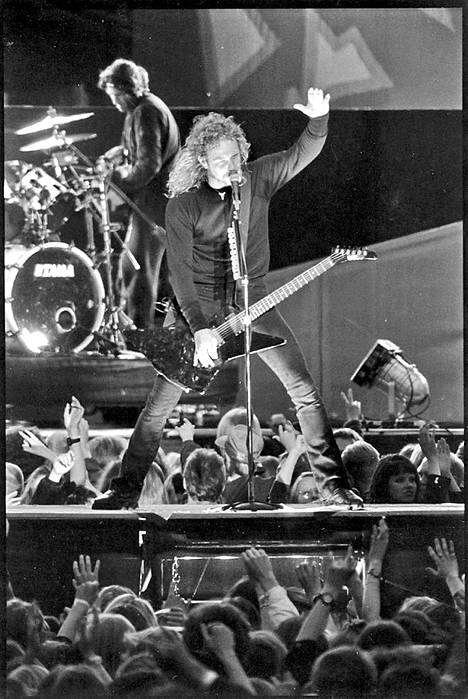Metallican laulaja-kitaristi James Hetfield takanaan snake pit -fanimonttu vuonna 1993.