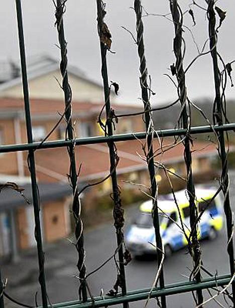 Miehiä pidettiin säilössä aidan takana näkyvällä poliisilaitoksella.