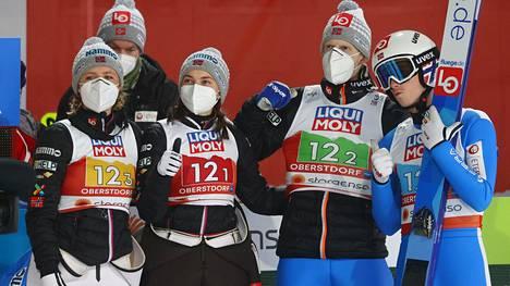 Norjan Halvor Egner Granerud (oik.) ehti voittaa sekajoukkuemäen MM-hopeaa ennen kuin joutui lähtemään kotiin Oberstdorfin MM-kisoista.