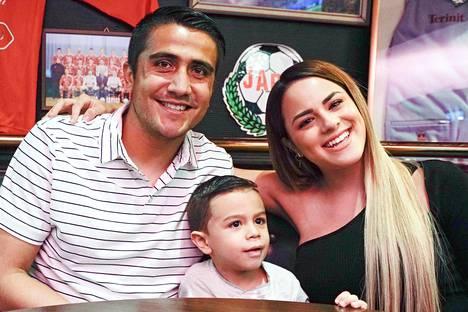 Perhe taas koossa. Dárvin Chávez sai toiselle Jaro-kaudelleen Pietarsaareen myös vaimonsa Yuli Floresin ja poikansa Dárvinin.