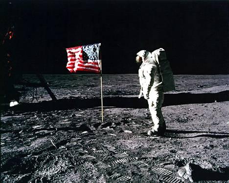 Kuuluisassa kuvassa Buzz Aldrin tekee kunniaa Yhdysvaltain lipulle. Maa oli voittanut kilpajuoksun Kuuhun.