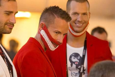 Itävallan kannattajilla on virkatut parrat.