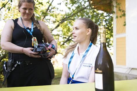 Kuvassa taka-alalla Ruisrock-festivaalin anniskelualuevastaava Elli Federley ja edessä samppanjabaarin tarjoilija Annika Mäkelä.