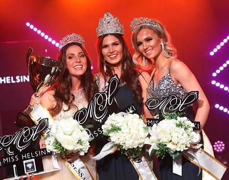 Nina Kallio perintöprinsessojensa keskellä. Kuvassa oikealla 1. perintöprinsessa Eeva Järvinen ja vasemmalla 2. perintöprinsessa Alicia Bärlund.