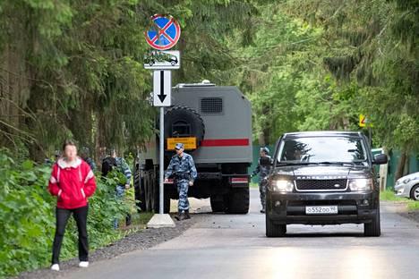 Sotilasajoneuvo kurvasi paikalle puolisen tuntia ennen Huuhkajien bussin saapumista.
