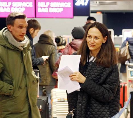 Kokkosen saattoi lentokentälle hänen aviomiehensä Markus Viiperi (vas.).