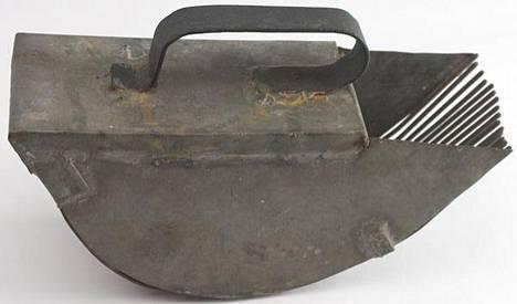 1900-luvun alussa marjanpoimuriin käytettiin jo pläkkipeltiä. Tinaamalla kasattu poimurin teko onnistui kylän peltisepiltä siinä missä kahvipannun teko.