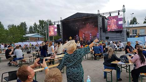 Irina esiintyi Siltakemmakat-tapahtumassa Puumalassa, jossa istuttiin turvavälein pöydissä. Isoimmat festarit jäivät viime vuonna pitämättä.