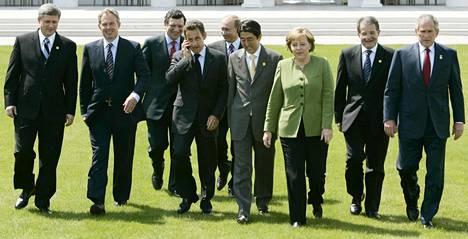 G8-maiden kokouksessa vuonna 2007 Yhdysvaltoja edusti vielä presidentti George W. Bush ja Iso-Britanniaa pääministeri Tony Blair. Molemmilla johtajilla on kuvan ottamisen jälkeen ollut jo useita seuraajia.