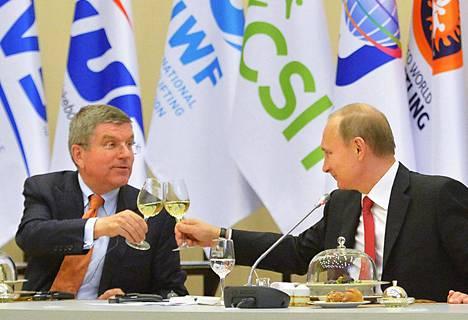 Thomas Bach (vas.) ja Vladimir Putin kilistelivät lasejaan Sotshissa järjestetyn kokouksen yhteydessä vuonna 2015. Nykyisin välit ovat viilentyneet.