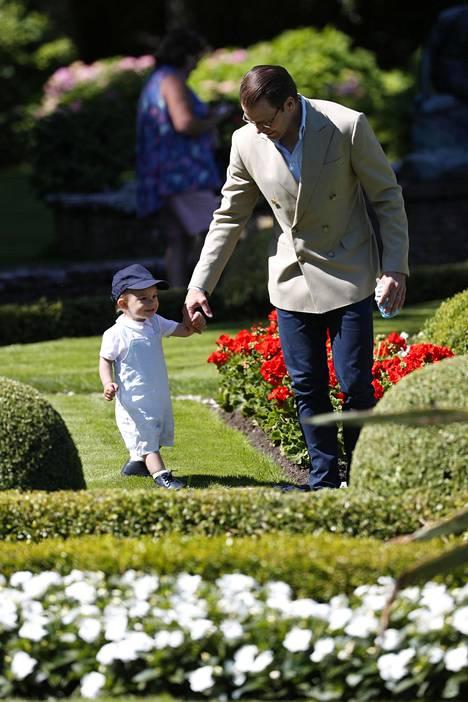 Pikkuprinssi pääsi seikkailemaan isänsä Danielin kanssa.