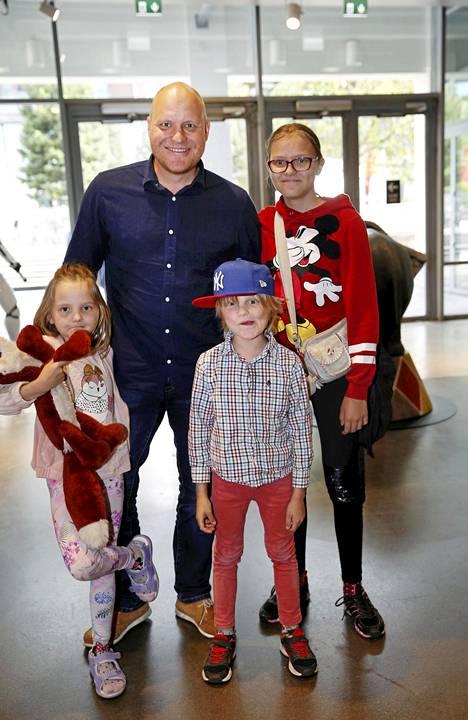 Kalle Palander kuvattuna lastensa Oda Sofian, Mona-Lisan ja Romeon kanssa viime syksynä.