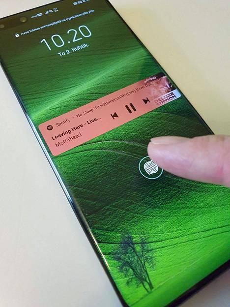 Yleensä sormenjälkisensorin paikka on aivan ruudun alareunassa. P40 Prossa näin ei ole.
