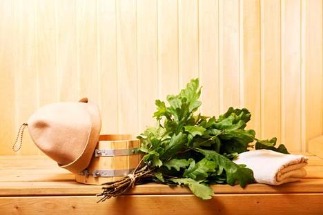 Saunaan saa jouluista tunnelmaa löylytuoksuilla, laudeliinoilla ja saunatyynyillä.