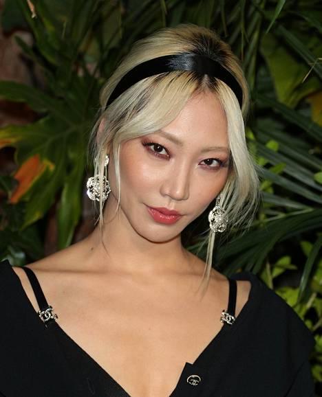 Näyttelijä Soo Joo Park yhdistää selkeästi erottuvan tumman tyven silotettuun, tyttömäiseen kampaukseen ja lopputulos on todella naisellinen.