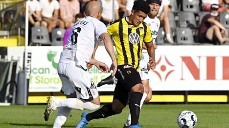 Hongan Juan Alegria (kesk.) joutui rasististen huutojen kohteeksi kotiottelussa FC Lahtea vastaan.