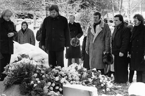 Pekka Aarnio, Pekka Lehto (taustalla), Atte Blom, Peter von Bagh, Harri Saksala ja Antero Jakoila hyvästelivät ystävänsä 1. helmikuuta 1987.
