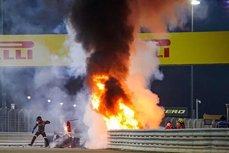 Romain Grosjeanin auto katkesi ulosajossa kahtia ja syttyi tuleen.