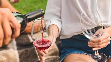 """""""Turvarajaa"""" alkoholinkäytölle on mahdoton määrittää, mutta haimatulehduksen riskiä lisää se, mitä enemmän alkoholia kuluttaa."""