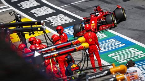 Sebastian Vettelin GP-kisa meni pilalle viime sunnuntaina tallikaveri Charles Leclercin hölmöilyn takia.