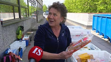 Martinlaakson kyläyhdistyksen puuhanainen Eila Nurmi otti innostuneena vastaan ruokahävikistä koostuvan ruoka-apulastin.