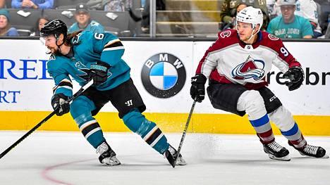 Mikko Rantanen (oik.) ansaitsee alkavasta NHL-kaudesta enemmän kuin kukaan muu suomalaispelaaja. San Josen ruotsalaispakki Erik Karlsson (vas.) tienaa hänen tapaansa 12 miljoonaa.