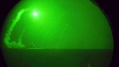 USS Barry -laukaisi risteilyohjauksen operaatio Aamunkoiton odysseian aikana vuoden 2011 marraskuussa. Yhdysvallat vahvistaa kalustoaan Välimerellä, kun täsmäiskun todennäköisyys Syyriaan kasvaa.