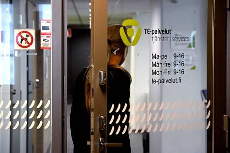 Työvoimatoimistojen ovet käyvät tiuhaan koronakriisin aikana.