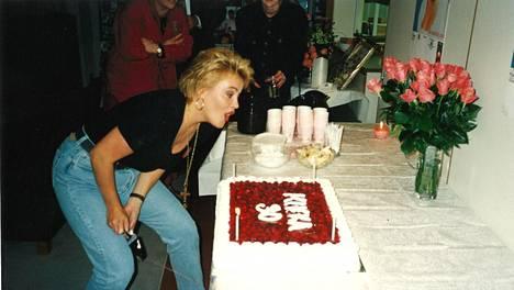 Kikka puhalsi kynttilät kakusta syntymäpäivillään. Myöhemmin juhlat keskeytyivät riitaan Ile Vainion kanssa.