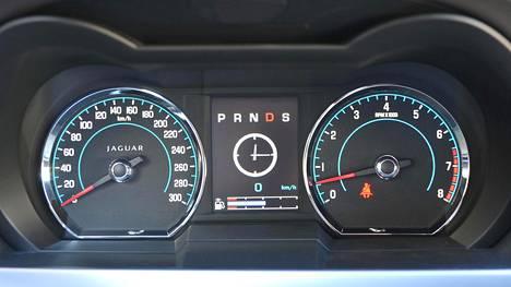 Jaguar XKR-S yhdistää klassisen pyöreät päänäytöt ja tavanomaisen diginäytön. Itse auton tuotanto on jo päättynyt.