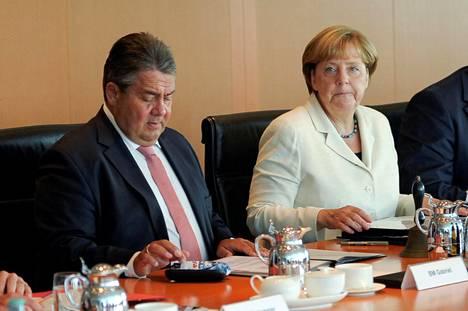 Angela Merkel ja varaliittokansleri Sigmar Gabriel hallituksen kokouksessa Berliinissä perjantaina.