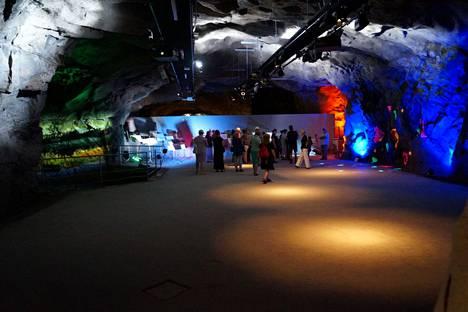 Retretin luolastossa yleisö pääsee mukaan Kalevalan maisemaan. Digitaalisesti toteutetun video- ja ääniteoksen aiheena on Sammon ryöstö.